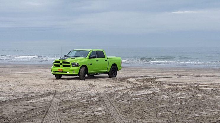 Deze Dodge RAM rijdt twee keer mee. Van deze Dodge zijn er maar 7000 gemaakt waarvan er 4 in Nederland rondrijden! Deze specifieke wagen is nummer 158. Het is een Dodge RAM 1500 Sublime Green. Verdere info: 5.7 hemi V8 met 400 pk 8 traps automaat
